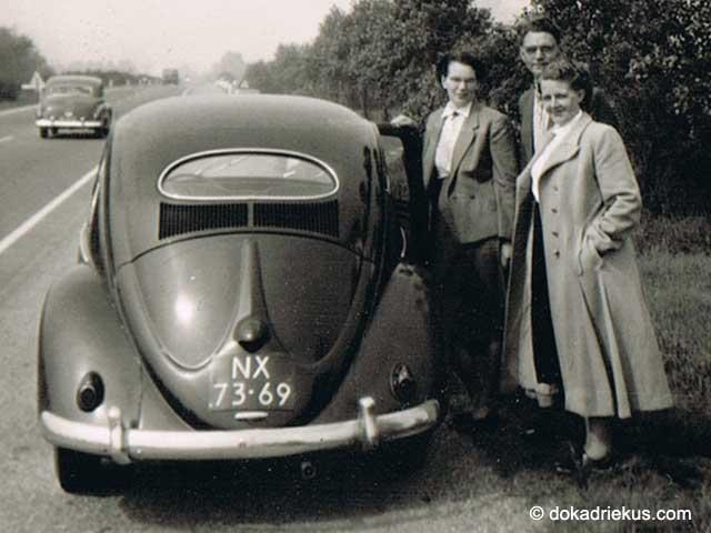 Oude foto uit 1956 met mijn opa en oma bij een VW ovaal kever