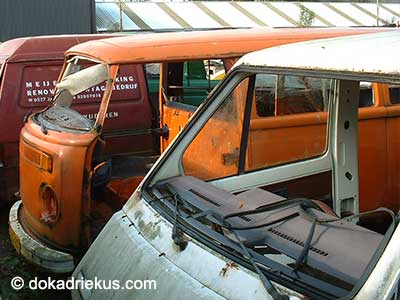 Oranje VW T2 bus op autosloperij