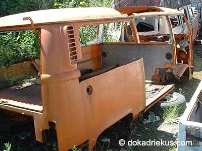 Oranje VW T2 combi op autosloperij