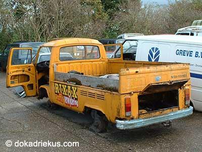Gele VW T2 pick-up op autosloperij