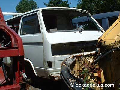 Witte VW T3 bus op autosloperij