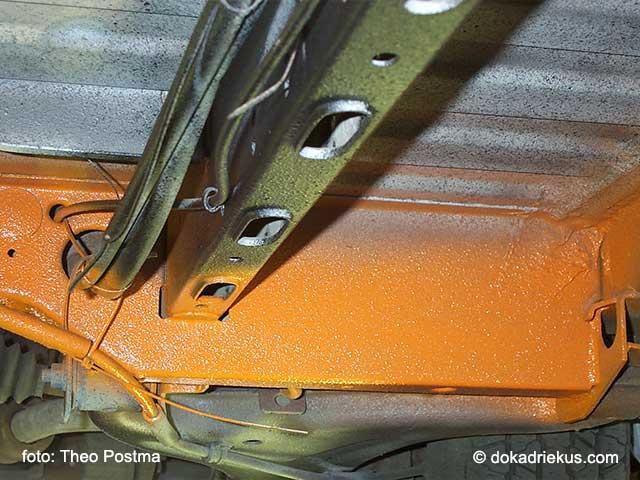 Het chassis van mijn T3 doka wordt oranje gespoten