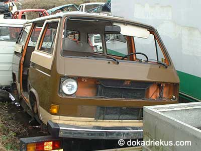 Bruine VW T3 bus op autosloperij