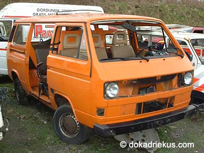 Oranje VW T3 combi op autosloperij