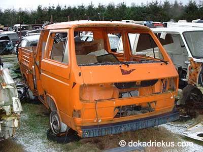 Oranje VW T3 doka op autosloperij