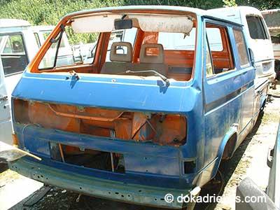Blauwe VW cubbelcabine op autosloperij