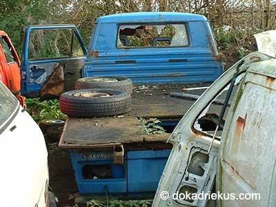 Blauwe VW T3 enkelcabine op autosloperij