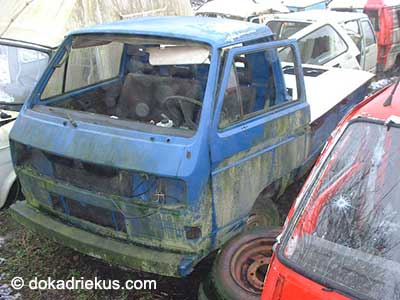 Blauwe VW T3 pick-up op autosloperij