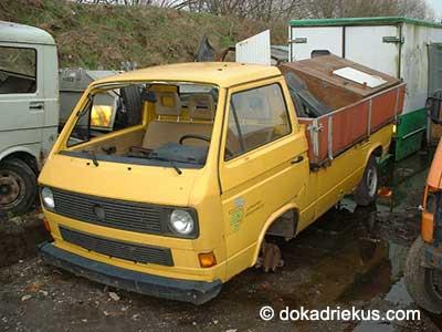 Gele VW T3 pick-up op autosloperij