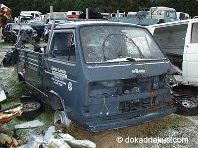 Blauwgrijze VW T3 pick-up op autosloperij