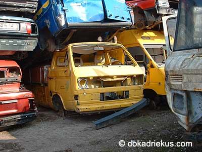 Gele VW T3 op autosloperij