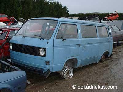 Blauwe VW T3 luchtkoeler op autosloperij