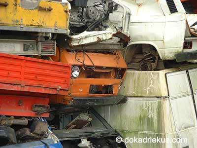 Oranje VW T3 op autosloperij