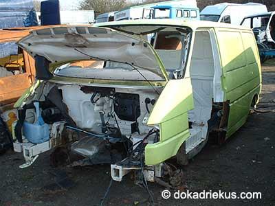 Gele VW T4 bus op autosloperij