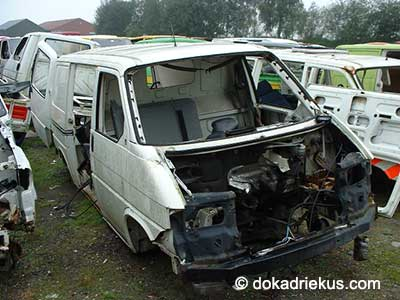 Witte VW T4 bestelbus op autosloperij