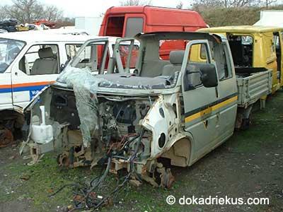 Grijze VW T4 doka op autosloperij