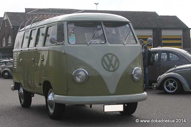 VW T1 kombi komt aanrijden