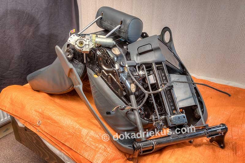 Alle overbodige onderdelen aan de onderzijde van de Audi A6 stoel gedemonteerd